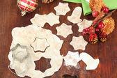 Hacer galletas de navidad en mesa de madera — Foto de Stock