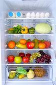 Frigorifero pieno di cibo — Foto Stock