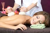 Mulher jovem e bonita tendo massagem nas costas de close-up na cor de fundo — Fotografia Stock