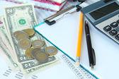 Suministros de oficina con dinero y documentos de cerca — Foto de Stock