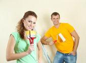 Junges Paar macht Renovierung im neuen Haus — Stockfoto