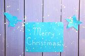 Vývěsní štít s slova veselé vánoce na dřevěný stůl pozadí detail — Stock fotografie