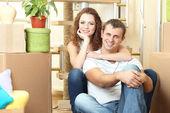 Yeni evinde oturan genç bir çift — Stok fotoğraf