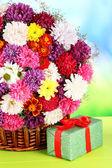 Kytice chryzantém v proutěném koši — Stock fotografie