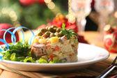 Geleneksel rus salatası olivier, üzerinde parlak zemin üzerine ahşap masa üzerinde renkli peçete — Stok fotoğraf