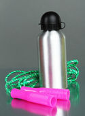 Sports bottle and skipping rope — Stock Photo