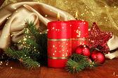 Zwei kerzen und weihnachtsschmuck — Stockfoto