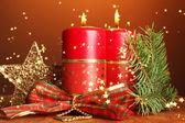 两支蜡烛、 圣诞装饰、 棕色背景上 — 图库照片
