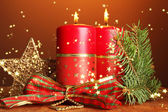 Zwei kerzen und weihnachtsschmuck, auf braunen hintergrund — Stockfoto