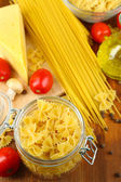 Pasta con aceite, queso y verduras en primer plano de la mesa de madera — Foto de Stock
