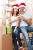 Mladý pár slaví nový rok v novém domově na schody pozadí — Stock fotografie