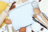 Концепция приготовления пищи. Основные выпечки ингредиенты и кухонные инструменты крупным планом — Стоковое фото