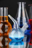 Laborglas auf schwarzem hintergrund — Stockfoto