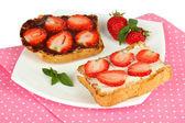 çilek plaka yakın çekim üzerinde lezzetli ekmek — Stok fotoğraf
