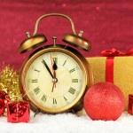 在明亮的背景上的时钟和圣诞装饰品的组成 — 图库照片 #35028727
