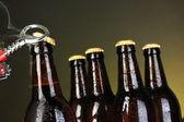 üst açık koyu arka plan üzerinde ıslak bira şişesi — Stok fotoğraf