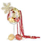 Copo de vinho cheio de decorações de natal, isoladas no branco — Foto Stock