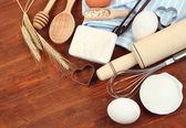 Pişirme bir kavram. temel pişirme malzemeleri ve mutfak araçları ahşap tablo — Stok fotoğraf