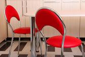 台所のテーブルの近くの現代赤い椅子 — ストック写真