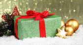 美しい明るいギフト、クリスマスの装飾、光沢のある背景に — ストック写真
