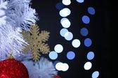 背景のボケ味に白いクリスマス ツリー — ストック写真