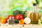 Légumes frais dans le panier sur la table en bois sur fond naturel — Photo