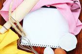 Koken concept. bakken basisingrediënten en keukengerei close-up — Stockfoto