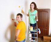 Jeune couple faisant rénovation dans Maison Neuve — Photo