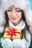 Vacker leende flicka i hatt med presentkort på blå bakgrund — Stockfoto