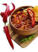 Chile maíz carne - comida tradicional mexicana, en un recipiente de madera, el tablero de madera, aislado en blanco — Foto de Stock