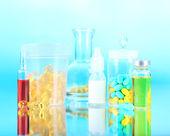 Medyczne i tabletki na niebieskim tle — Zdjęcie stockowe