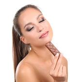 Retrato de muchacha joven hermosa con chocolate aislado en blanco — Foto de Stock