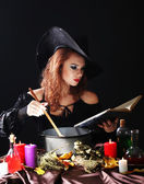Siyah arka plan üzerinde halloween cadı — Stok fotoğraf