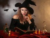 Koyu arka plan üzerinde halloween cadı — Stok fotoğraf