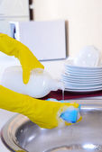 Ruce ženy, mytí nádobí v kuchyni — Stock fotografie