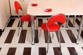 Nowoczesne krzesła czerwone w pobliżu stół w kuchni — Zdjęcie stockowe