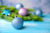 Palle di natale su abete, sul colore di sfondo — Foto Stock