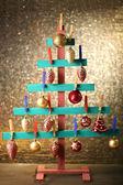 árvore de abeto de madeira feitos à mão com uma decoração de natal no fundo brilhante — Fotografia Stock
