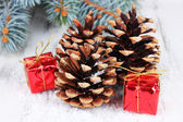 Christmas decoration with pine cones on wooden background — Stock fotografie