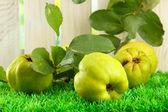 Słodki pigwy z liści, na trawie — Zdjęcie stockowe