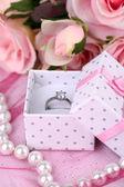 Rose e anel de noivado no pano-de-rosa — Foto Stock