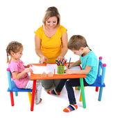 Små barn ritar med mamma — Stockfoto