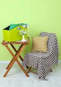 雑誌や部屋のテーブルに緑のボックス内のフォルダー — ストック写真
