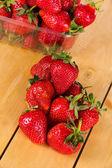 Veel aardbeien op houten tafel — Stockfoto