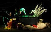 ведьма в страшный хэллоуин лаборатории на фоне темного цвета — Стоковое фото