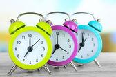Colorido reloj despertador de mesa sobre fondo brillante — Foto de Stock