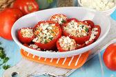 Gefüllte tomaten in schüssel mit holztisch nahaufnahme — Stockfoto