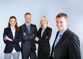 Grup iş adamları gri arka plan üzerinde — Stok fotoğraf