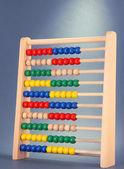 Helles holz spielzeug abakus, auf grauem hintergrund — Stockfoto