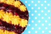 Lecker fruchtige hausgemachte kuchen, auf tischdecke — Stockfoto